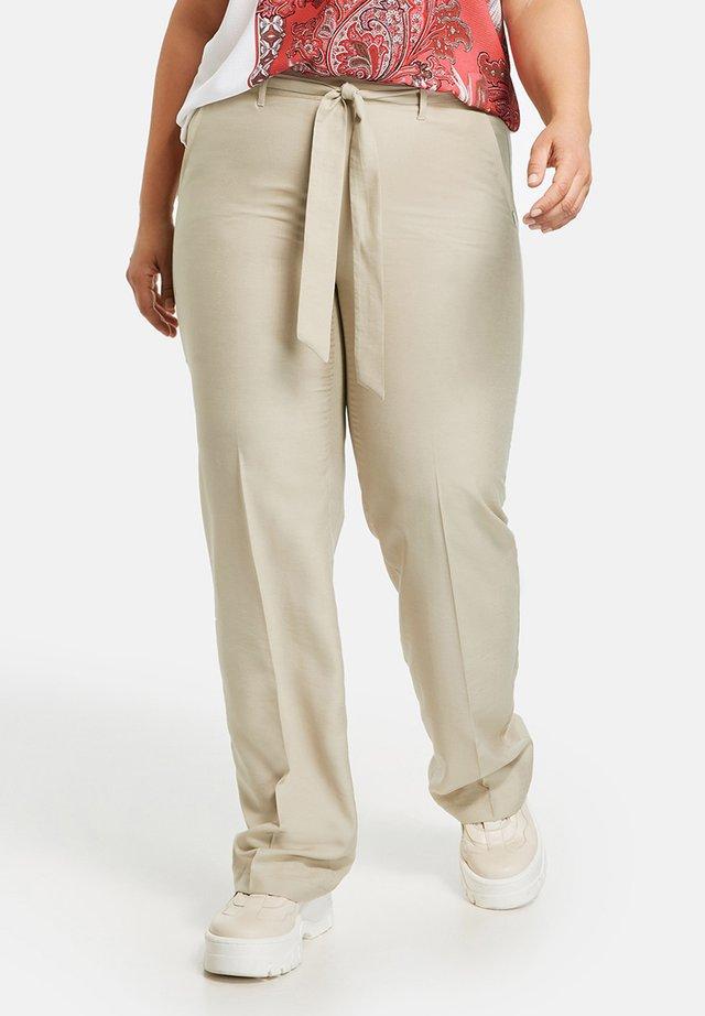 MIT BINDEGÜRTEL - Pantalon classique - safari