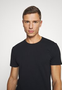 Selected Homme - SLHNEWPIMA ONECK TEE 3 PACK  - Undershirt - black - 4