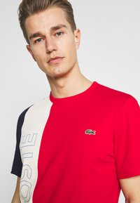 Lacoste - T-shirt print - rouge/naturel clair/marine - 3