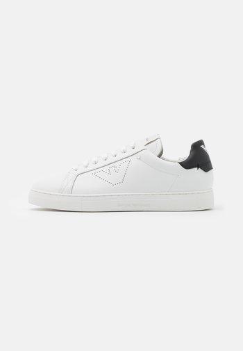 Trainers - white/black