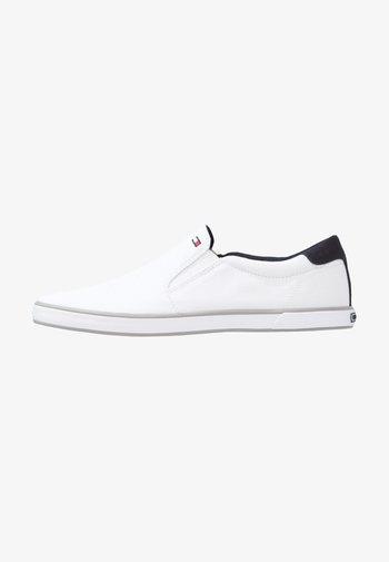 ICONIC - Loaferit/pistokkaat - white