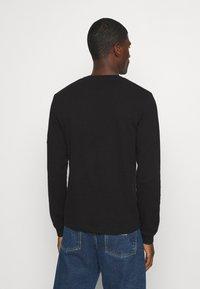 Calvin Klein Jeans - MONOGRAM BADGE WAFFLE - Jumper - black - 2