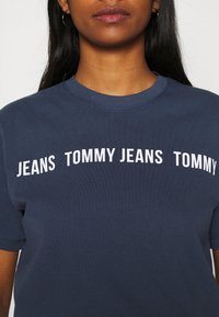 Tommy Jeans - CROP TAPE TEE - T-shirts med print - twilight navy - 4