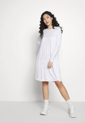 TIERED SMOCK DRESS - Sukienka z dżerseju - white