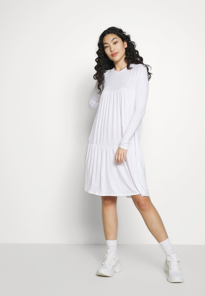 Missguided Tall - TIERED SMOCK DRESS - Žerzejové šaty - white