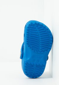 Crocs - CLASSIC UNISEX - Pool slides - bright cobalt - 5