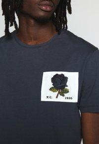 Kent & Curwen - ROSE PATCH ICON - Print T-shirt - deep blue - 4