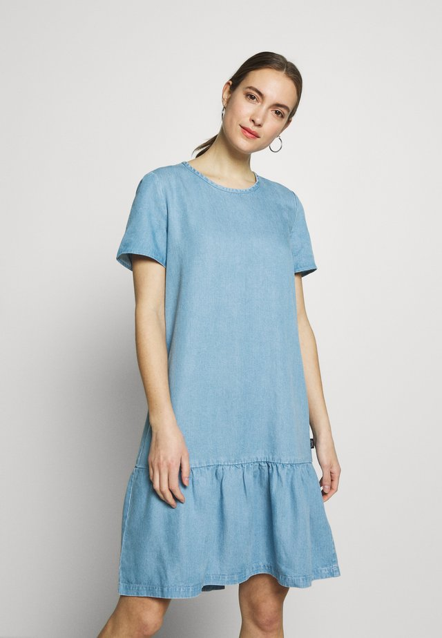 DRESS FEMININE RUFFLE AT HEM  LOOSE SLEEVE - Sukienka jeansowa - light-blue denim