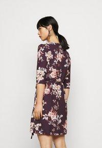 True Violet Petite - WRAP MINI DRESS WITH TIE WAIST - Denní šaty - burgundy - 2