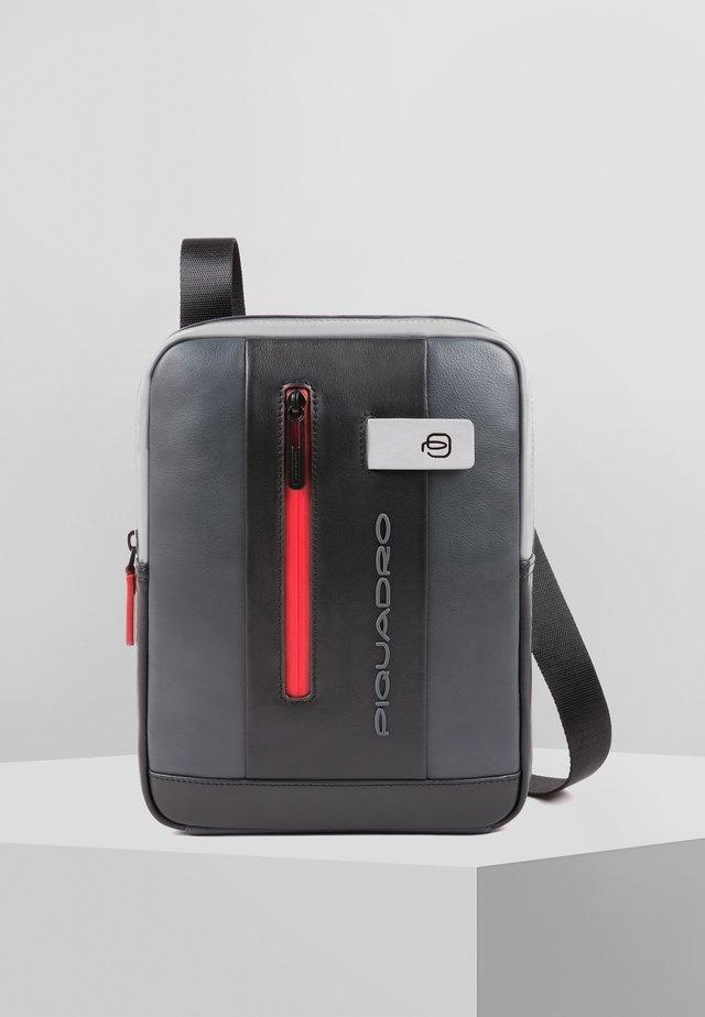 URBAN UMHÄNGETASCHE LEDER 21 CM - Across body bag - grey-black