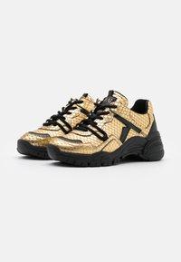 Toral - Sneakers basse - gold/black - 2