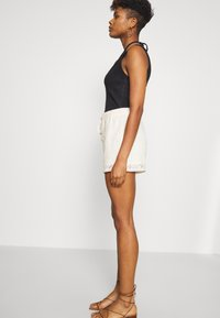 Vero Moda - VMOLEA - Shorts - birch - 4