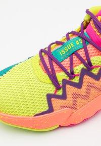 adidas Performance - D.O.N. ISSUE 2 UNISEX - Basketbalové boty - shock pink/semi solar slime/footwear white - 5