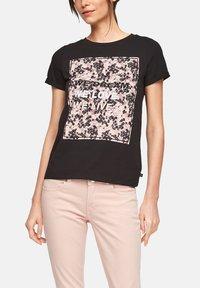 QS by s.Oliver - MIT FRONTPRINT - Print T-shirt - black - 3