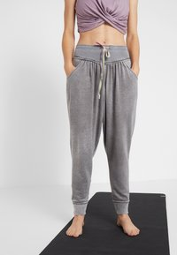 Free People - FP MOVEMENT MEADOWBROOK HAREM - Tracksuit bottoms - pine - 0