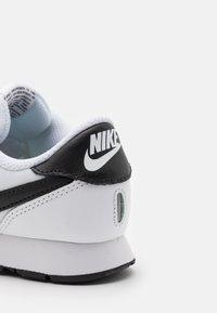 Nike Sportswear - VALIANT UNSEX - Zapatillas - white/black - 5