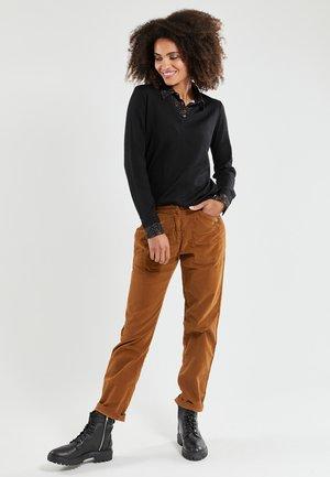 EN VELOURS - Trousers - sienna