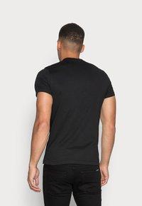 Calvin Klein Jeans - SLIM 2 PACK - T-shirt - bas - bright white/black beauty - 2