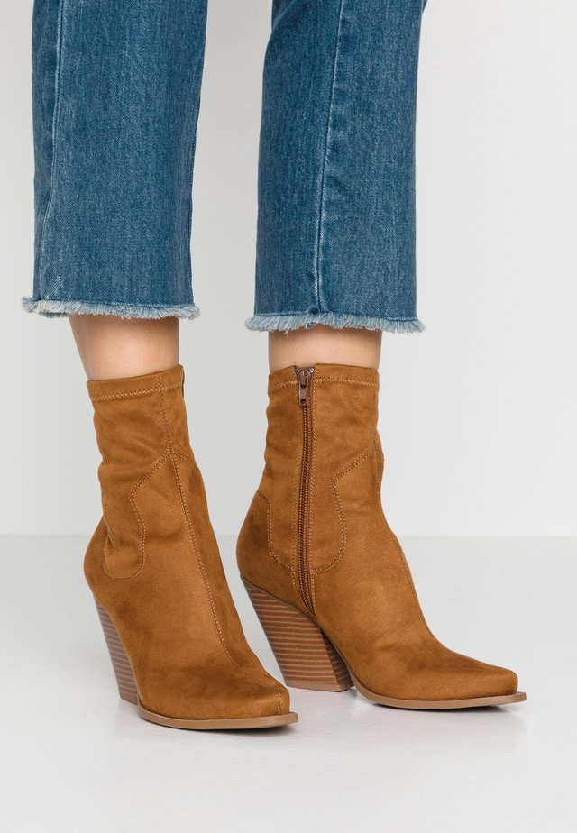 WOODEN STACK MINIMAL WESTERN - High heeled ankle boots - tan