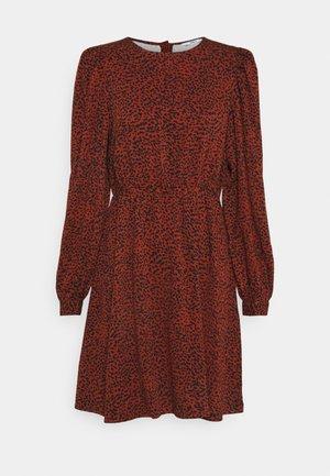 ONLEVIE LIFE DRESS - Korte jurk - burnt henna