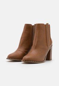 Miss Selfridge - BARE CASUAL HEELED CHELSEA - Kotníková obuv na vysokém podpatku - tan - 2