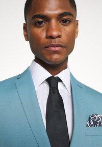Isaac Dewhirst - PLAIN SUIT SET - Suit - turquoise - 7
