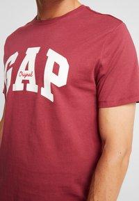 GAP - V-LOGO ORIG ARCH - Camiseta estampada - indian red - 5