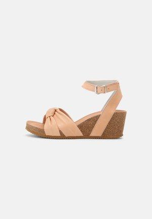 Sandaletter med kilklack - nude
