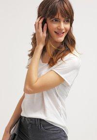 Vero Moda - VMLUA  - T-shirt basique - snow white - 3