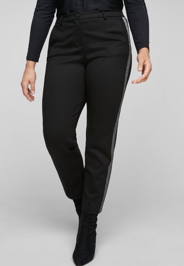 MIT GLITZER-GALONSTREIFEN - Trousers - black