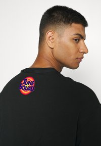 Converse - SPACE JAM COURT READY TEE UNISEX - Print T-shirt - black - 5