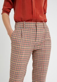 DRYKORN - LOAD - Kalhoty - orange check - 5