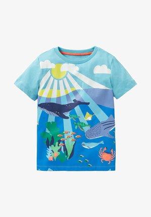 MIT SZENENMOTIV - Print T-shirt - wasserblau, riffszene