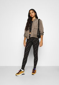 Nike Sportswear - PRINT PACK - Leggings - Trousers - black/metallic gold - 1