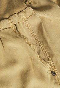 Cream - LINE PANTS - Pantalon classique - dark sand - 2