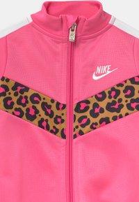 Nike Sportswear - CHEVRON - Combinaison - pinksicle - 2