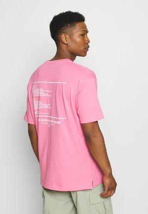 RUBBER BADGE DEFINITION GRAPHIC OVERSIZED T-SHIRT - T-shirt z nadrukiem - pink