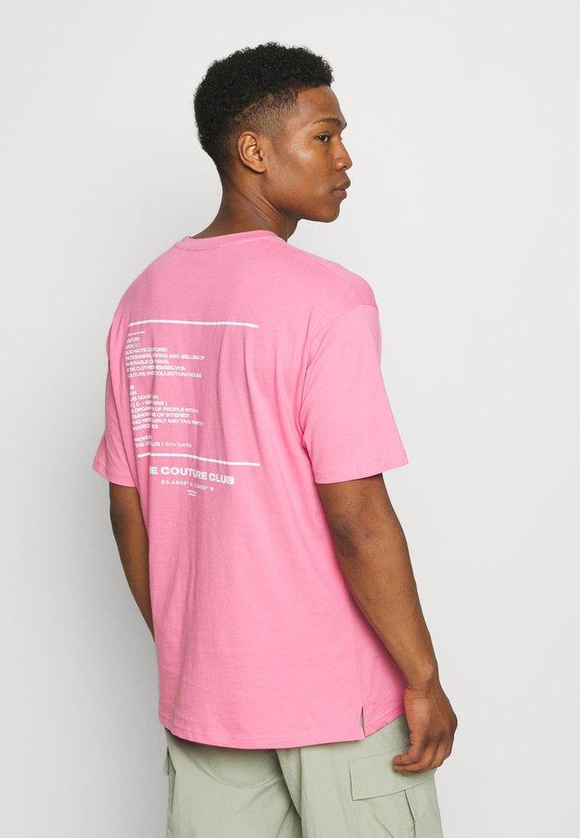 RUBBER BADGE DEFINITION GRAPHIC - Triko spotiskem - pink