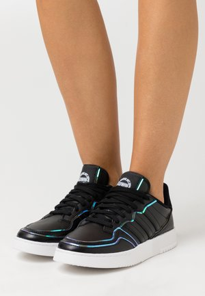 SUPER COURT SPORTS INSPIRED SHOES - Tenisky - core black/super color