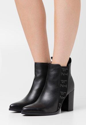 KRISPY - High heeled ankle boots - noir