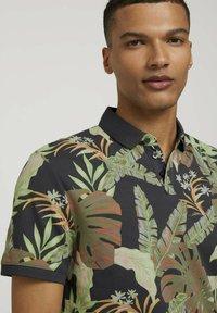 TOM TAILOR DENIM - Polo shirt - tropical monstera leaf print - 3