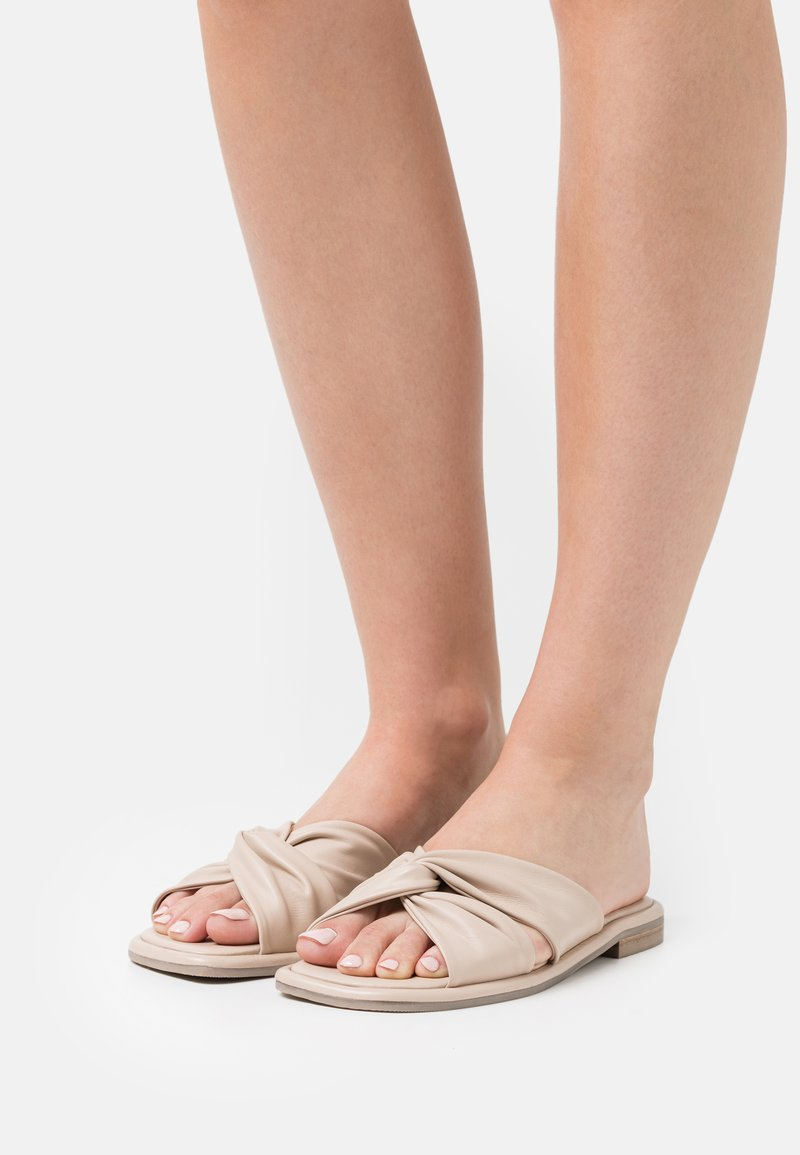Ted Baker - PEBBA - Pantofle - nude