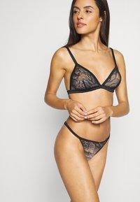 Calvin Klein Underwear - BLOOM FLORAL BRAZILIAN - Underbukse - black - 3