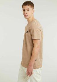 CHASIN' - BRETT - Basic T-shirt - beige - 2