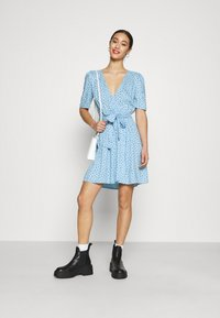 Monki - PING DRESS - Kjole - blue light irrydot - 1