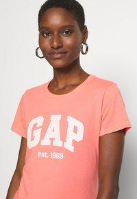 GAP - OUTLINE TEE - T-shirt z nadrukiem - pink reef - 3