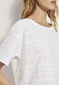 TOM TAILOR - TOM TAILOR T-SHIRT OVERSIZED-T-SHIRT MIT STRUKTURMUSTER - Print T-shirt - whisper white - 3