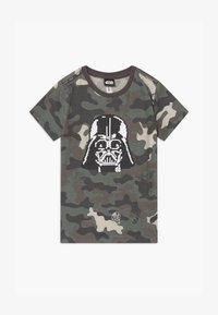 Cotton On - LUCASFILMS STAR WARS - Triko s potiskem - olive - 0