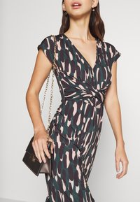 Anna Field - OCCASION - ALL OVER PRINT SHORT SLEEVES FRONT KNOT JUMPSUIT - Jumpsuit - black/multi-coloured - 7