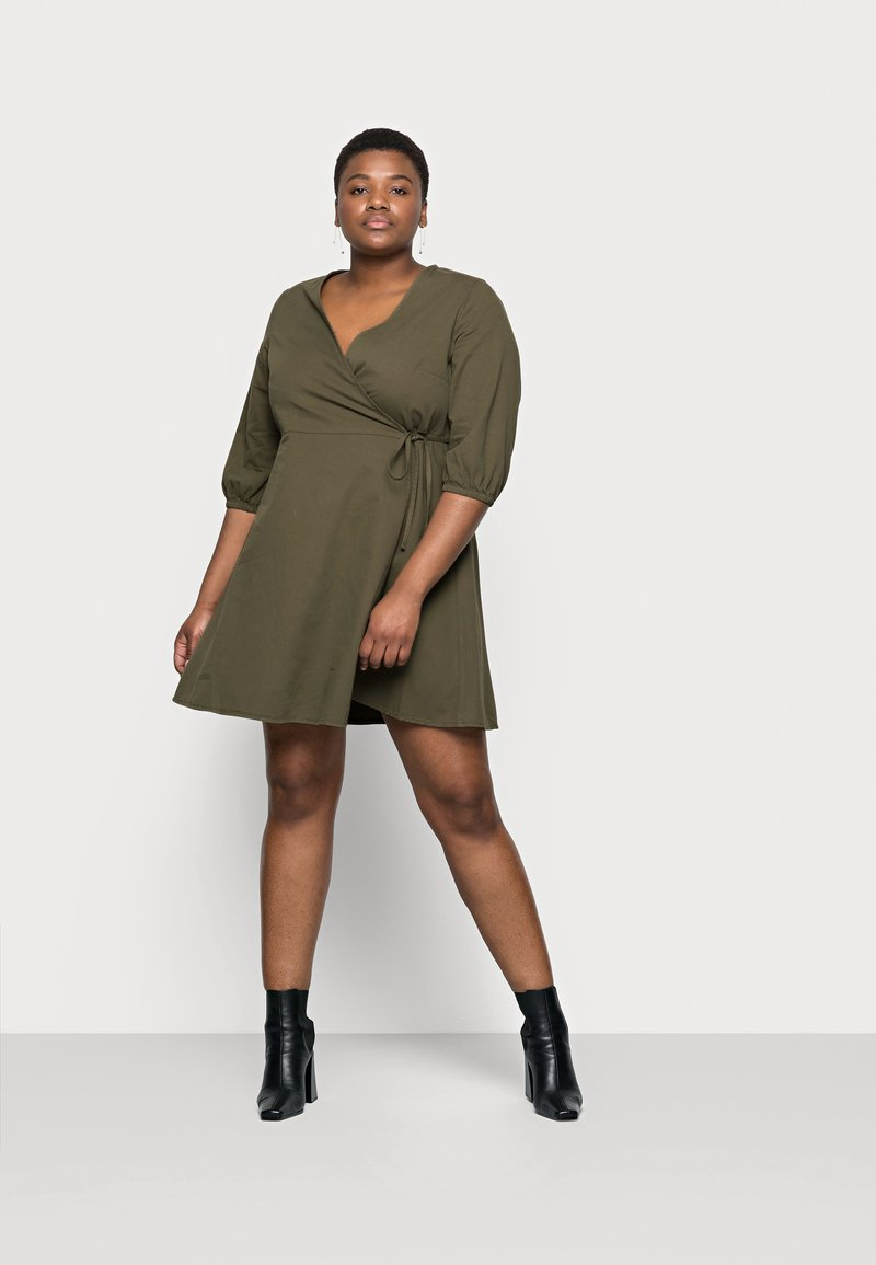 Vero Moda Curve - VMHENNA 3/4 WRAP SHORT DRESS - Denimové šaty - ivy green